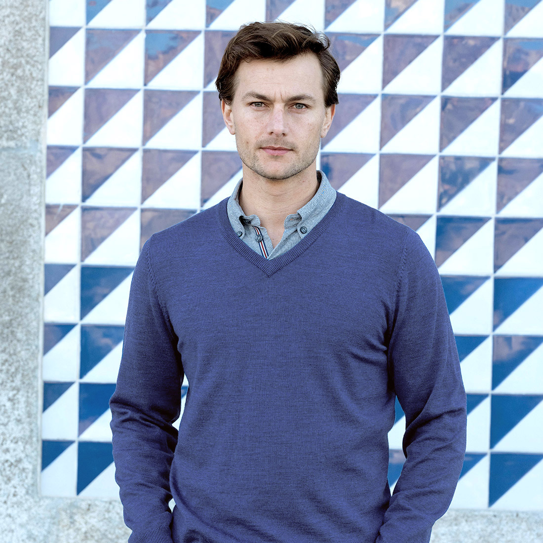 Men's v-neck pullover made from pure Merino wool